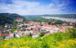 Reizendes Dorf im Tal. Lizenzfreies Stockbild