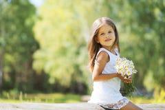 Reizendes Frühlingsmädchen mit Blumen Lizenzfreie Stockfotografie