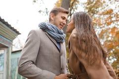 Reizendes glückliches Paar, das zusammen auf die Straße geht stockbild