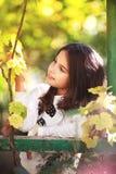 Reizendes junges Mädchen im Garten stockfotos