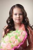 Reizendes junges Mädchen mit Blumenstrauß von Papiertulpen Lizenzfreies Stockfoto