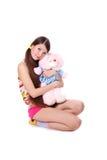 Reizendes junges Mädchen mit einem Spielzeug stockbild