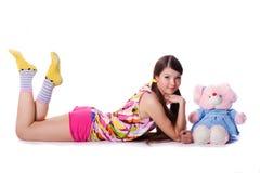 Reizendes junges Mädchen mit einem Spielzeug lizenzfreie stockfotografie