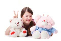 Reizendes junges Mädchen mit Spielwaren lizenzfreie stockfotos