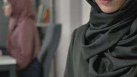 Reizendes junges Mädchen in schwarzes hijab Schreibentext auf Smartphone 60 fps stock video footage