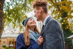 Reizendes junges Paar bereist in eine nicht vertraute Stadt lizenzfreie stockfotografie