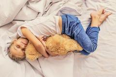 Reizendes Kind, das Teddybären hält stockbild