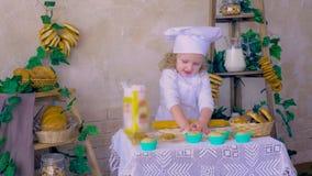 Reizendes Kind, das Teig in den Küchendekorationen macht stock footage