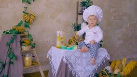 Reizendes Kind, das versucht, Teig im Kochkurs zu kneten stock footage