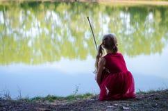 Reizendes Kind durch den Fluss Stockfotografie