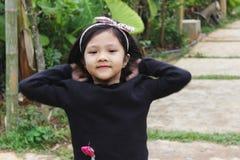 Reizendes Kind spielt im Berg stockfotografie
