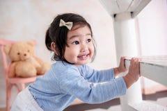 Reizendes Kinderporträt, ein glückliches 2 lächelndes Jahr-altes Kind während Pl Stockbilder