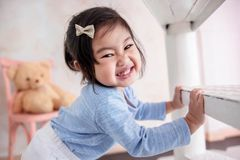 Reizendes Kinderporträt, glückliches 2 Jahr-altes Kinderlächeln und -blick Lizenzfreie Stockfotos