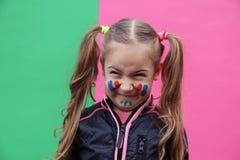 Reizendes kleines Mädchen, das lustiges Gesicht macht Stockfotografie