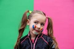 Reizendes kleines Mädchen, das lustiges Gesicht macht Lizenzfreie Stockfotos