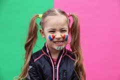 Reizendes kleines Mädchen, das lustiges Gesicht macht Stockbilder