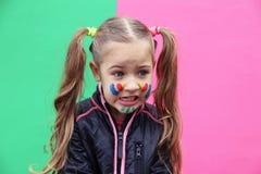 Reizendes kleines Mädchen, das lustiges Gesicht macht Lizenzfreie Stockbilder