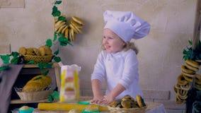 Reizendes lächelndes Kind, Mädchen, das Kuchen macht stock video