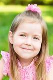 Reizendes lächelndes kleines Mädchen, Nahaufnahmeporträt stockfotos