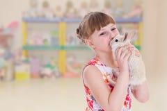 Reizendes lächelndes Kleinkindporträt stockfoto