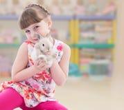 Reizendes lächelndes Kleinkindporträt stockfotos