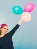 Reizendes lächelndes Mädchen hält bunte Ballone Stockbilder