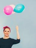 Reizendes lächelndes Mädchen hält bunte Ballone Lizenzfreies Stockbild