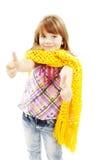 Reizendes lustiges kleines Mädchen, das sich Daumen zeigt stockfoto