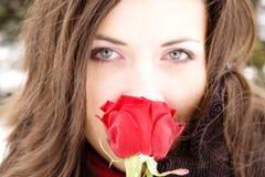 Reizendes Mädchen, das, Fokus auf Blume rosafarben riecht Lizenzfreies Stockbild