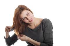 Reizendes Mädchen, das ihr Haar bürstet Stockfotos