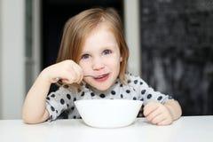 Reizendes Mädchen, das Suppe isst lizenzfreie stockfotografie