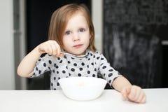 Reizendes Mädchen, das zu Hause Küche der Suppe isst stockbilder