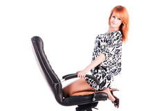 Reizendes Mädchen in einem Bürostuhl lizenzfreies stockfoto