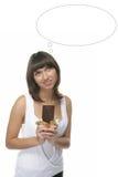 Reizendes Mädchen hält eine Schokolade an Lizenzfreies Stockfoto