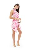 Reizendes Mädchen im rosafarbenen Kleid und im goldenen Plattformschuh stockbild