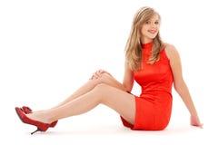 Reizendes Mädchen im roten Kleid Stockfotos