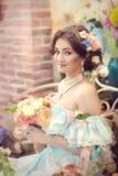 Reizendes Mädchen mit Blumen Lizenzfreie Stockfotos