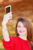 Reizendes Mädchen mit dem Smartphone, der selfie Foto macht Stockfotos