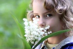 Reizendes Mädchen mit einem Blumenstrauß der Blumen Lizenzfreie Stockbilder