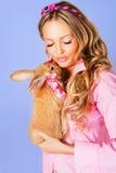 Reizendes Mädchen mit einem Kaninchen Stockfoto