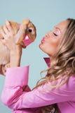 Reizendes Mädchen mit nettem Kaninchen Lizenzfreie Stockfotografie