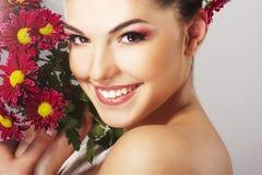 Reizendes Mädchen mit roter Blume Stockbilder