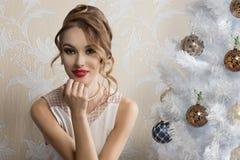 Reizendes Mädchen mit verziertem Weihnachtsbaum stockfoto