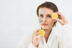 Reizendes Mädchen mit Zitrone Lizenzfreie Stockbilder