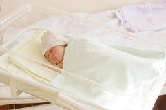 Reizendes neugeborenes Baby in der Geburtsklinik 4 Tage Lizenzfreie Stockfotos