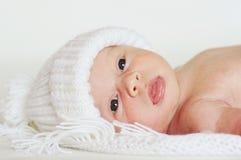 Reizendes neugeborenes im Hut Stockbilder