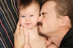 Reizendes Porträt des Vaters und seiner kleinen Tochter Glückliche Vaterschaft Junger Vati mit Bart und kleines Baby Stockfotografie