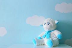 Reizendes Schafspielzeug stockbilder