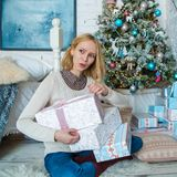 Reizendes trauriges Mädchen erhält Geschenke für Weihnachten lizenzfreies stockbild