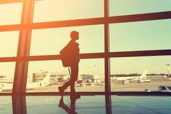 Reiziger bij de luchthaven stock afbeeldingen